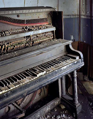 Piano. (c) Marchand and Dumerre.